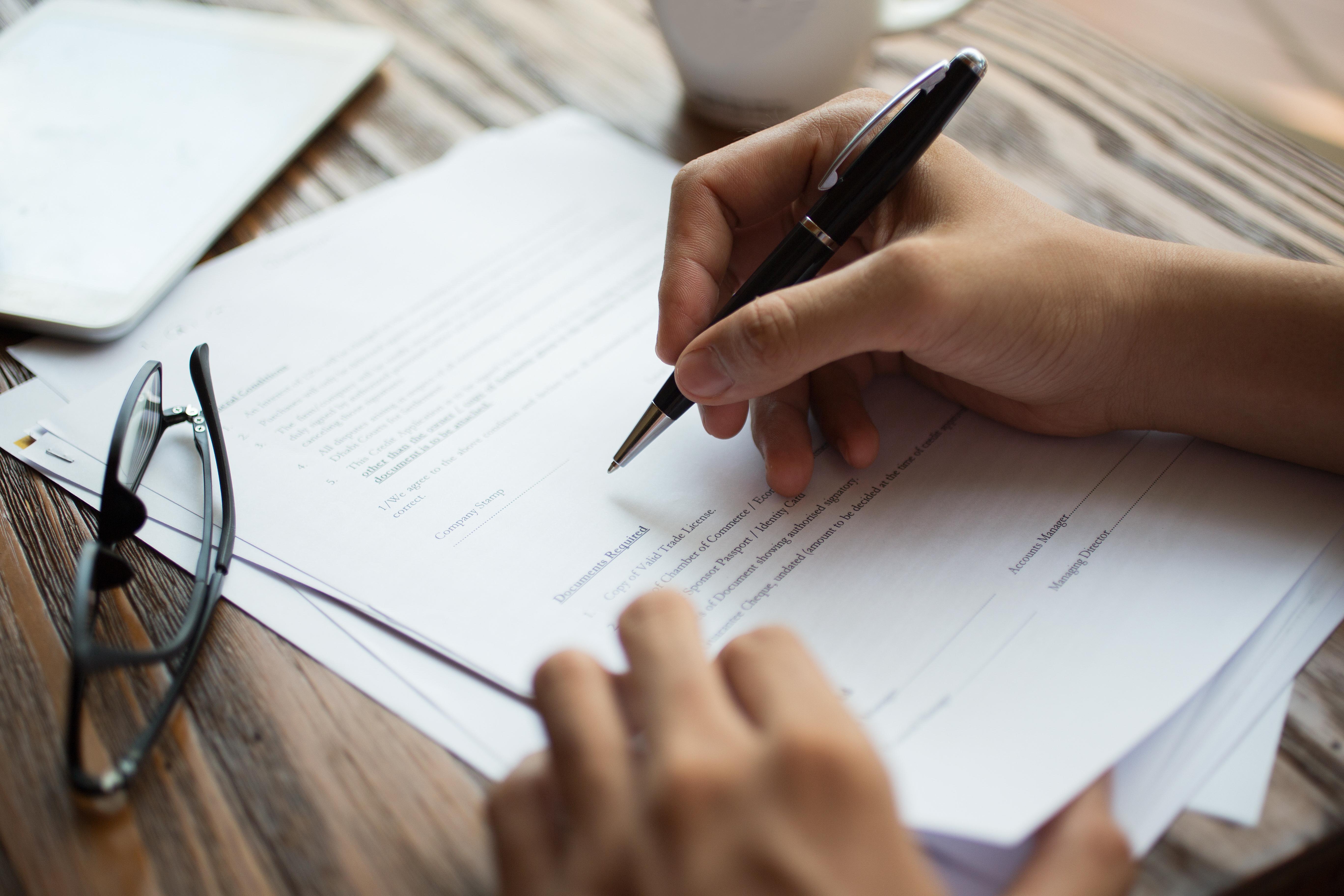 Avocat entrain de signer un contrat de droit immobilier à bordeaux